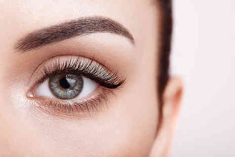 Beauty Worx Aesthetics - Full set of Russian lash extensions with a brow tidy - Save 0%