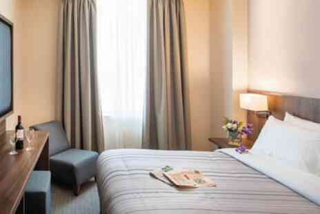 St Giles Heathrow - Room for Two with Late Check Out and Welcome Drink - Save 35%