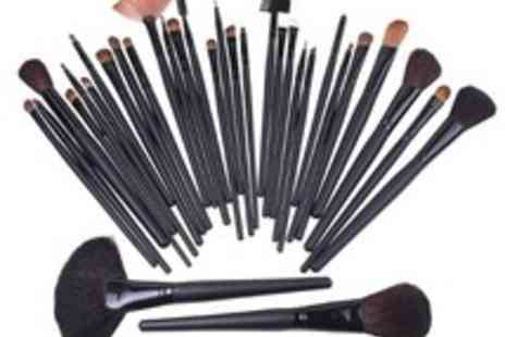 GeneeWenee - Set of 32 Natural Hair Make Up Brushes with a Leather Effect bag - Save 67%