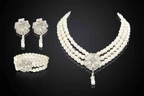 Legerra Dreams - Freshwater pearl and crystal set - Save 93%