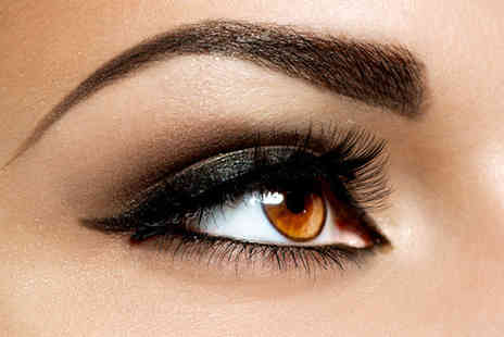 Glamournique - Semi-permanent Glamlash Flash eyelash extensions and an eyebrow wax - Save 54%
