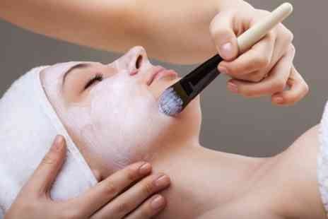 43 Face - Manuka honey & blueberry/strawberry hyper sensitivity facial in Notting Hill - Save 59%