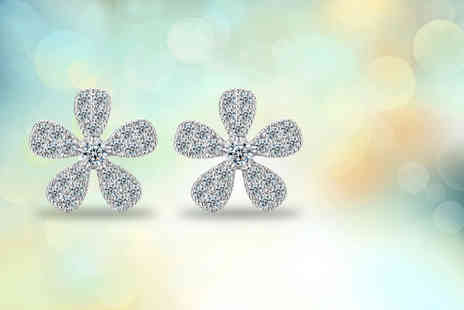 Elle and Be - Pair of silver plated daisy stud earrings made with Swarovski Elements - Save 80%
