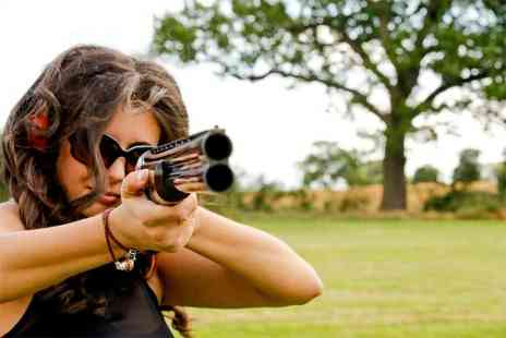 London Clay Shooting - Clay pigeon shooting session for one person with 25 cartridges and a photograph - Save 51%