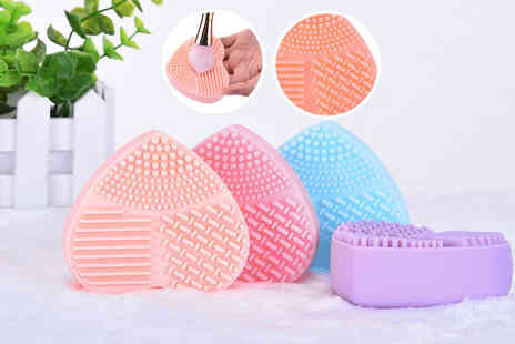 Alvis Fashion - A heart shaped silicone makeup brush cleaning glove choose from four colours - Save 85%