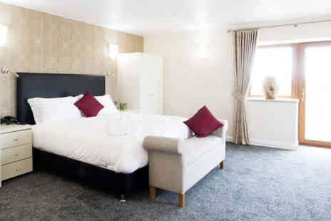 Oak Royal Hotel - One or two night stay for two with two course meal, a glass of prosecco, breakfast and late checkout - Save 37%