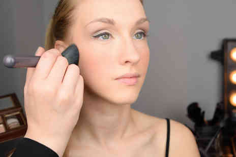 Girl Meets Brush - Two hour celebrity inspired MAC makeup masterclass including a gift and £30 voucher to spend on brush sets - Save 82%