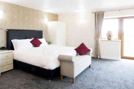 Oak Royal Hotel - Overnight stay for two with breakfast, £15 dining credit per person plus a beer or 25ml spirit with mixer - Save 0%