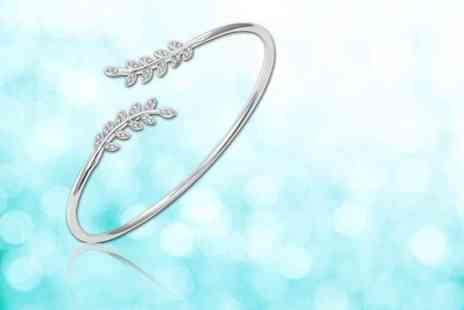 Your Ideal Gift - Leaf bangle made with crystals from Swarovski - Save 88%