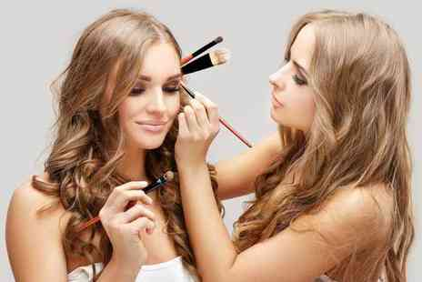 Girl Meets Brush - Two hour celebrity inspired, adult or teen makeup masterclass including a gift and £30 voucher to spend on brush sets - Save 82%