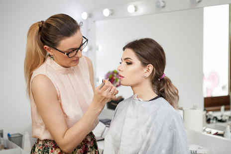 Girl Meets Brush - Two hour celebrity inspired makeup masterclass including a gift and £40 voucher to spend towards a brush sets - Save 79%