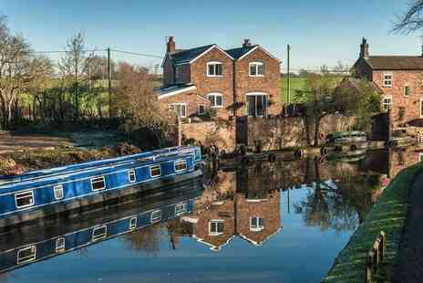 Evie Day Boat Hire - £200 to hire a narrow boat on a weekday for up to 12 people - Save 51%